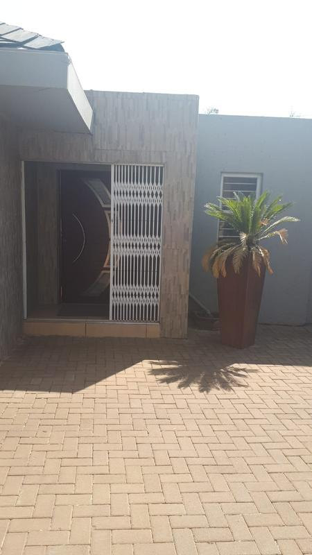 Property For Rent in Emmarentia, Johannesburg 22